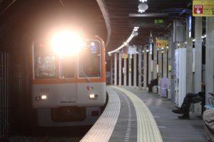 下り仮線、青木駅を通過する8211F
